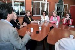 La presidenta del Partido Popular de Benalmádena, Paloma García Gálvez, y la vicepresidenta primera del Congreso de los Diputados, Celia Villalobos, visitaron el pasado viernes la Fundación Cudeca, con el fin de mostrar el apoyo y compromiso de los populares al colectivo.