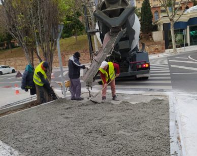 Las actuaciones han consistido en la construcción de vados junto al borde de dichos pasos de peatones para realizar el correspondiente rebaje